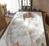 A bathtub for friends…