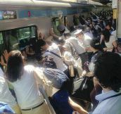 Tokyo Subway passengers widening gap so fallen passenger can be rescued
