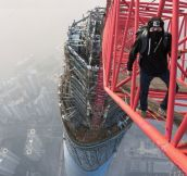 On Shanghai Tower, This Guy Has No Fear