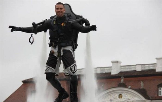 042111 1536 ManfromHamb1 Man from Hamburg Creates Water Jetpack