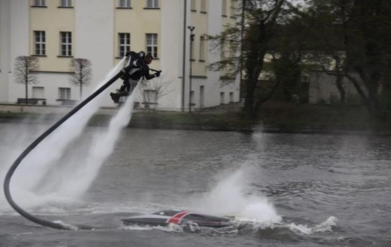 042111 1536 ManfromHamb2 Man from Hamburg Creates Water Jetpack