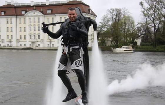 042111 1536 ManfromHamb3 Man from Hamburg Creates Water Jetpack