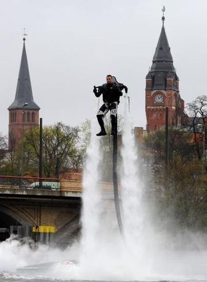 042111 1536 ManfromHamb5 Man from Hamburg Creates Water Jetpack