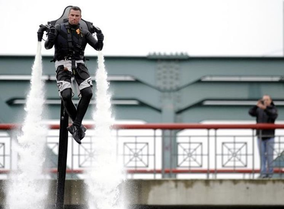 042111 1536 ManfromHamb7 Man from Hamburg Creates Water Jetpack