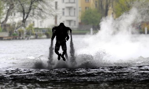 042111 1536 ManfromHamb8 Man from Hamburg Creates Water Jetpack