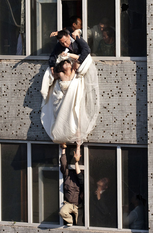 enhanced buzz 6642 1305745405 23 Man Saves Bride Jumping From Top Story Window