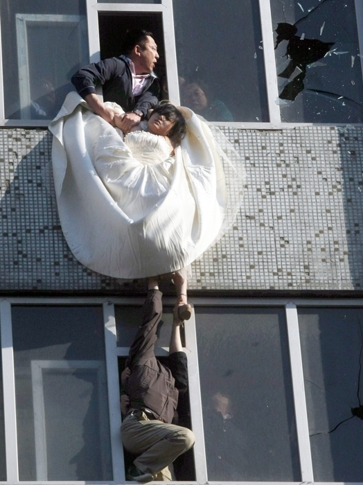 enhanced buzz 6659 1305745885 22 Man Saves Bride Jumping From Top Story Window