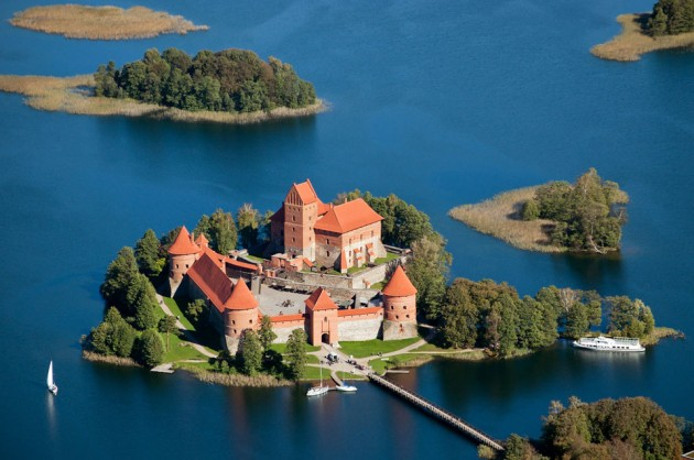 Trakai Island Castle 1 630x418 20 Amazingly Beautiful Castles from Around the World