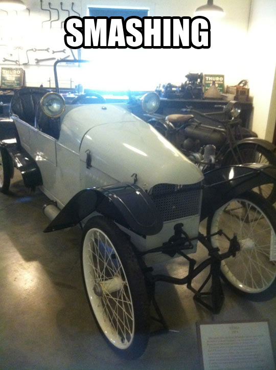 funny-old-white-car-exposition