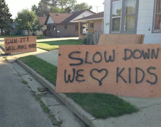 funny-sign-kids-playing