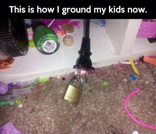 funny-plug-lock-cable-kid