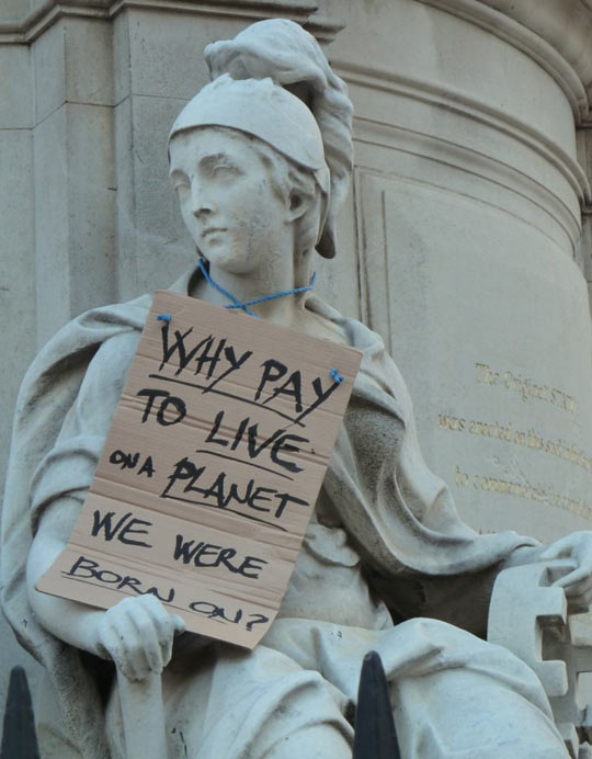 funny-statue-sign-pay