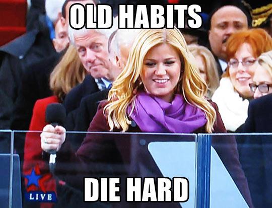 funny-Kelly-Clarkson-Bill-Clinton-photobomb