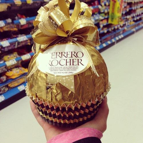 cool-giant-Ferrero-Rocher-store