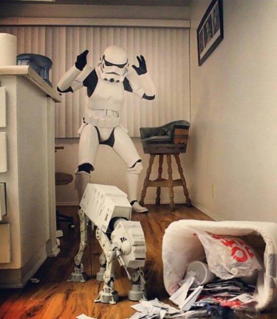 funny-Stormtrooper-ATT-walker-garbage