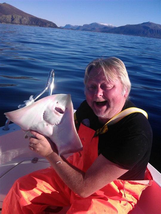 funny-man-fishing-same-face