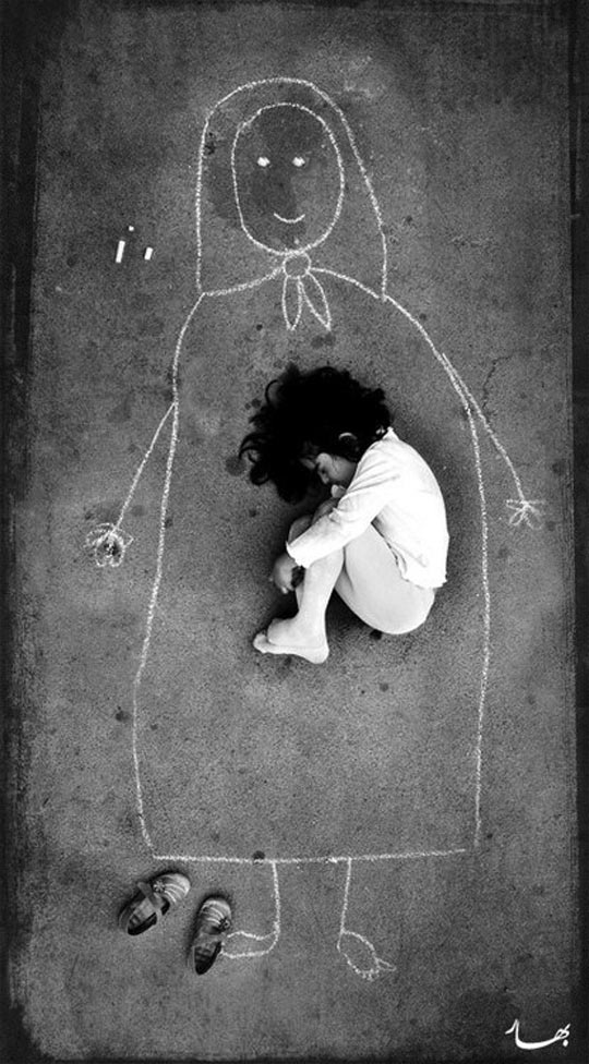 Iraqi-orphan-girl-drawing-chalk-missing-mom