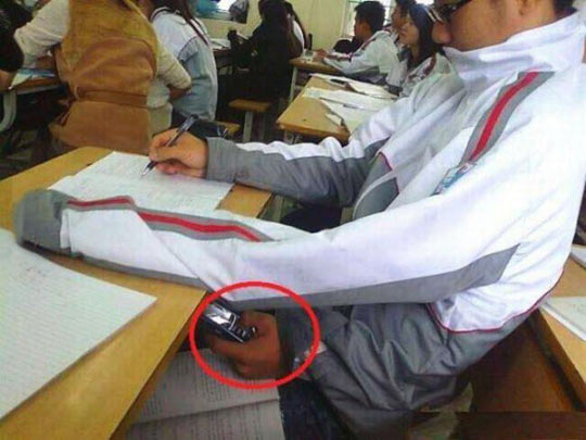 funny-class-phone-texting-cheating