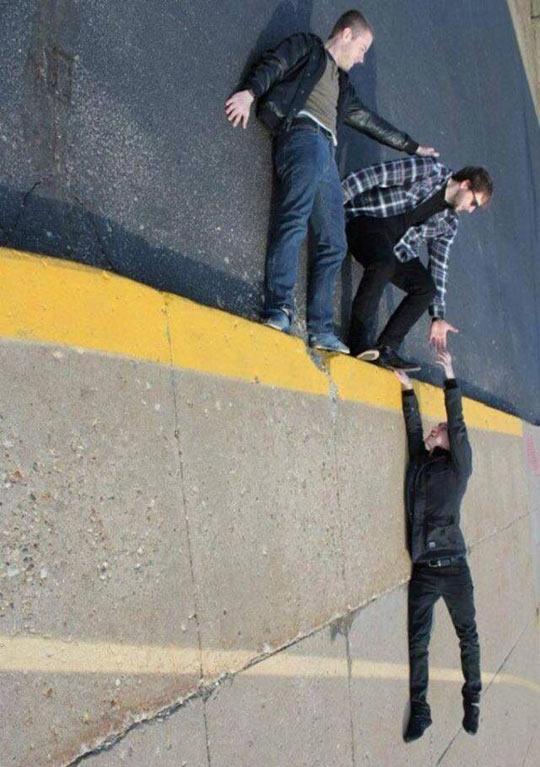 funny-friends-falling-down-street