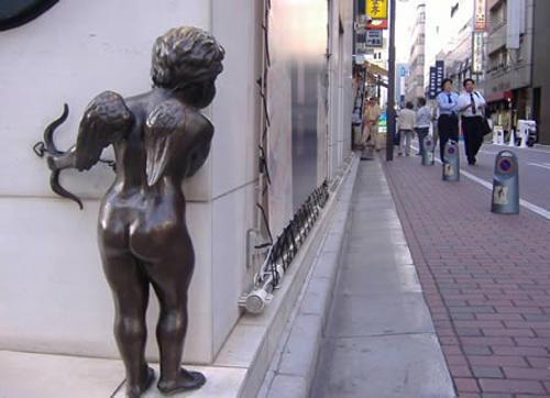 wtf-statues-cupid-peek