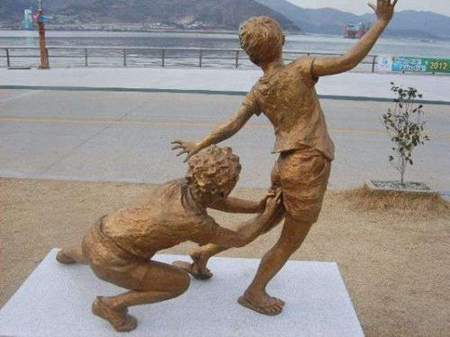 wtf-statues-finger-butt
