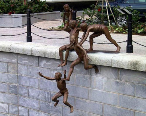 wtf-statues-kids-pushing
