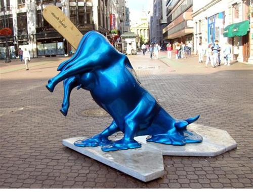 wtf-statues-melting-bull