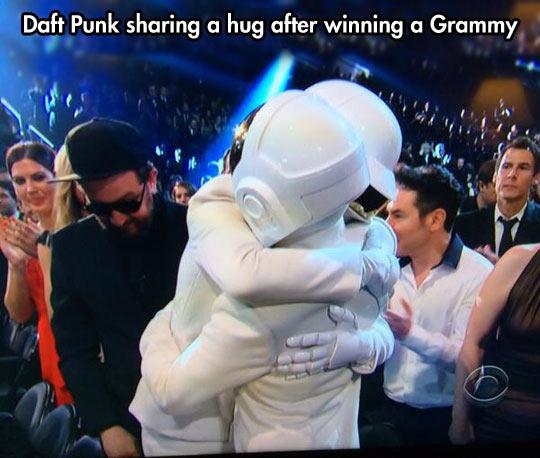 cool-Daft-Punk-hug-Grammys-winner