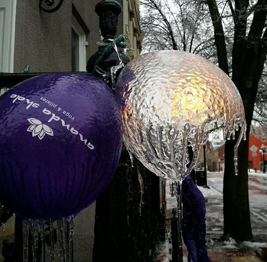 funny-balloon-ice-shell-winter-cold