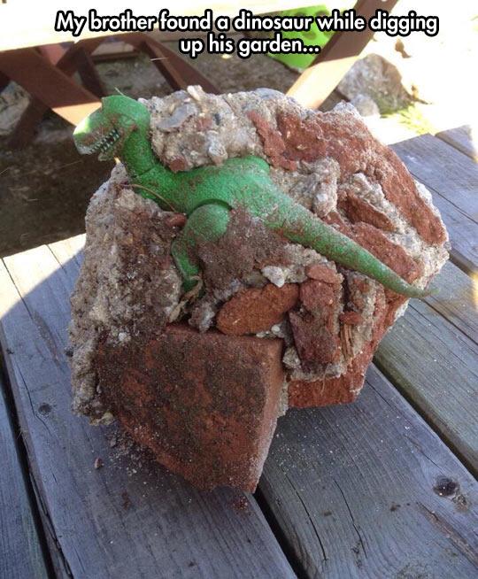 funny-gardening-discovery-dinosaur-digging