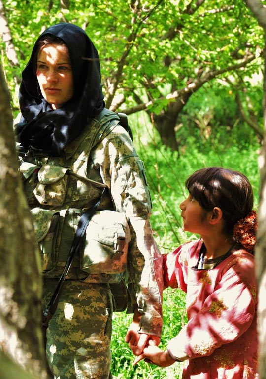 cool-curious-Afghan-girl-American-soldier