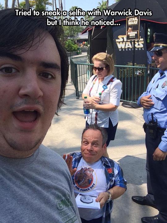 funny-selfie-Warwick-Davis-smiling-fan