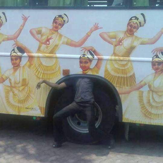 funny-bus-girls-dancing-wheel