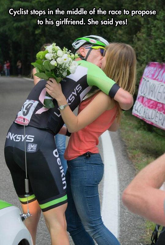 funny-cyclist-proposing-girlfriend-race