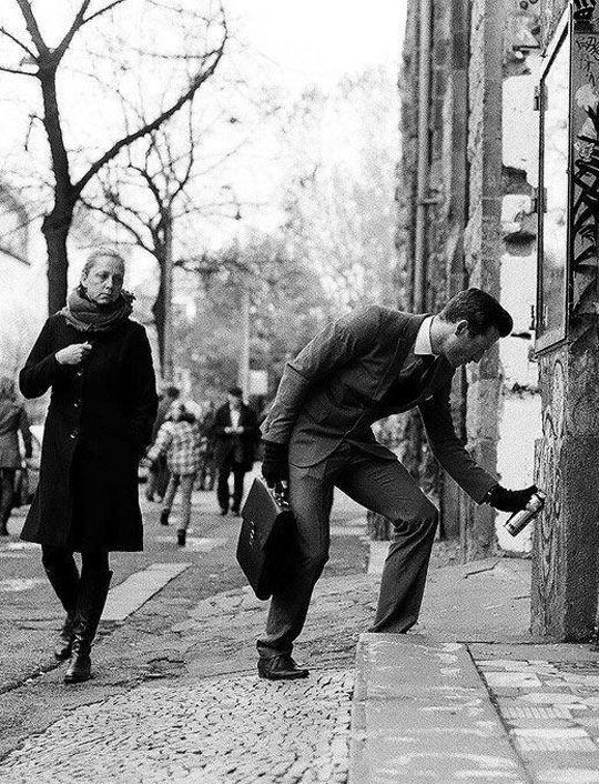 funny-suited-man-graffiti-wall-woman-street