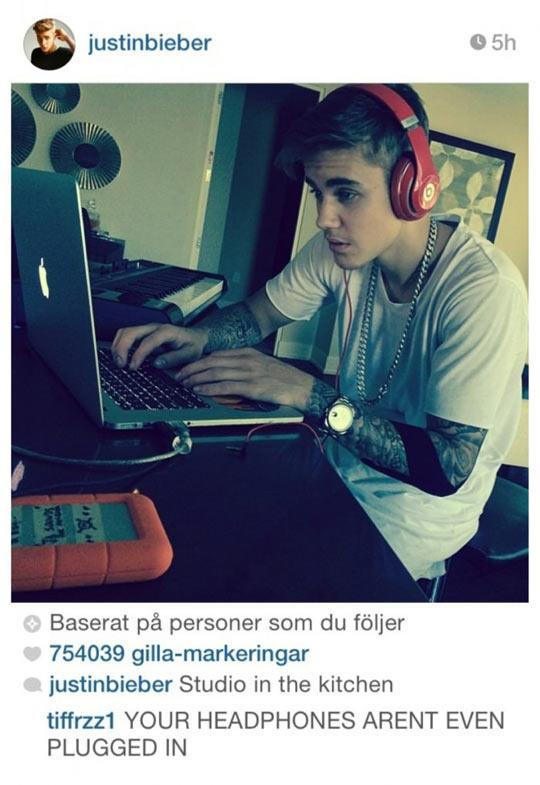 funny-Justin-Bieber-studio-work-earphone