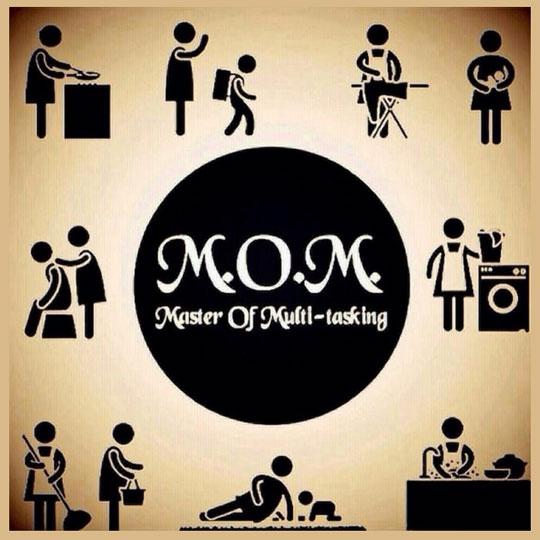funny-Mom-multi-tasking-washing
