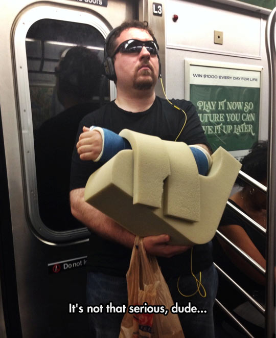 funny-cast-dude-subway-overreaction