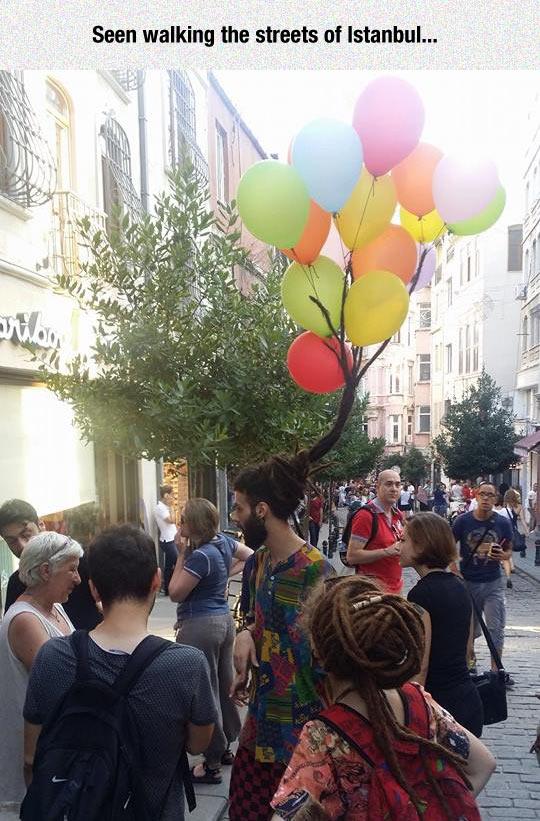 funny-man-street-balloons-hair