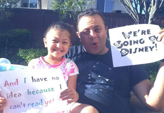 funny-father-little-daughter-sign-read