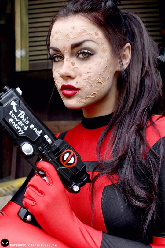 funny-girl-Deadpool-cosplay-weapon-makeup