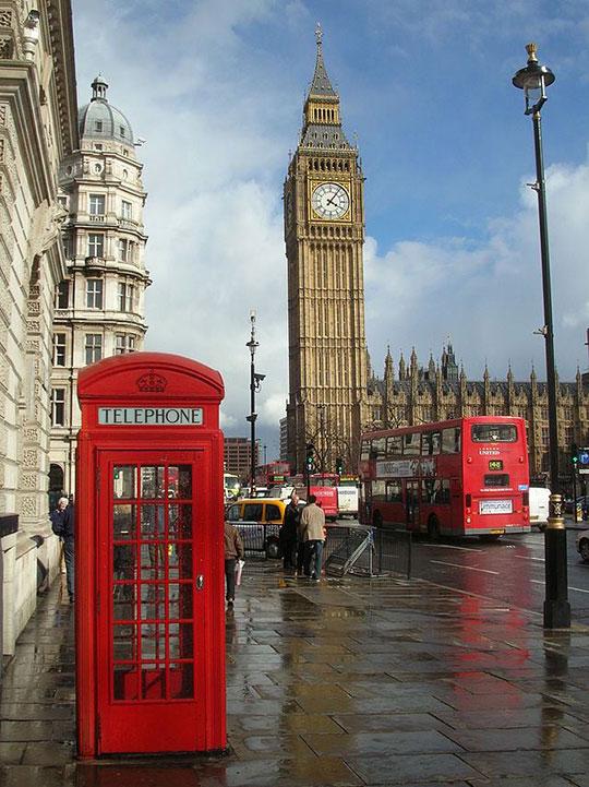 funny-London-telephone-booth-Big-Ben