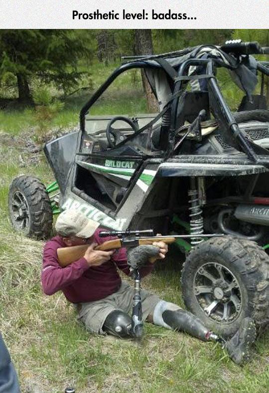 funny-man-weapon-aim-leg-prosthetic