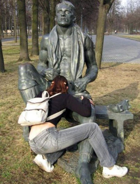 some_people_can_turn_statues_and_sculptures_into_something_vulgar_640_29
