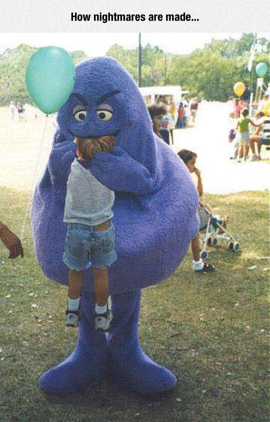 funny-disguised-man-eating-kid-park