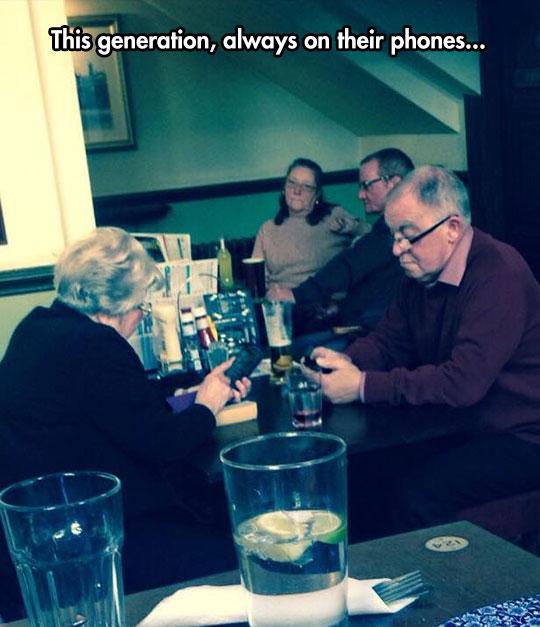 funny-grandparents-phone-restaurant