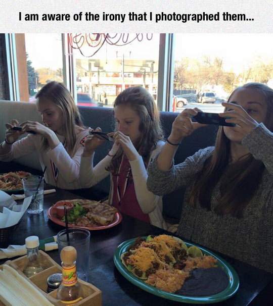 funny-girls-eating-food-picture-taking
