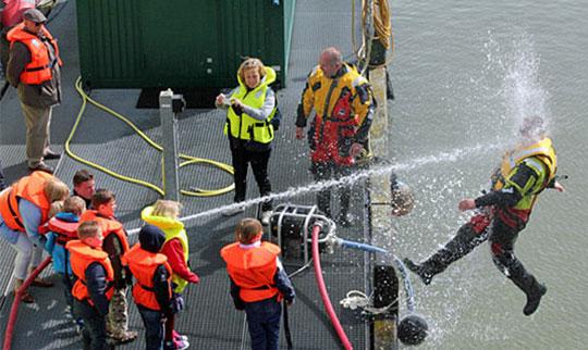 funny-hose-boat-face-falling