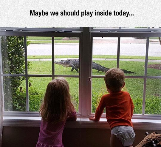 funny-kids-window-crocodile-scary