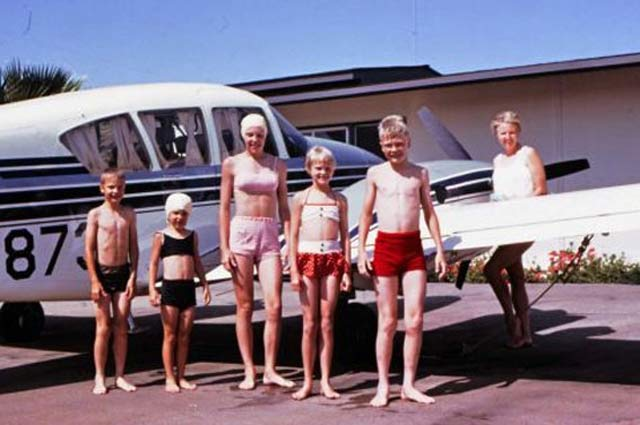 Awkward-Funny-Family-Vacation-Photos-plane-swimsuits